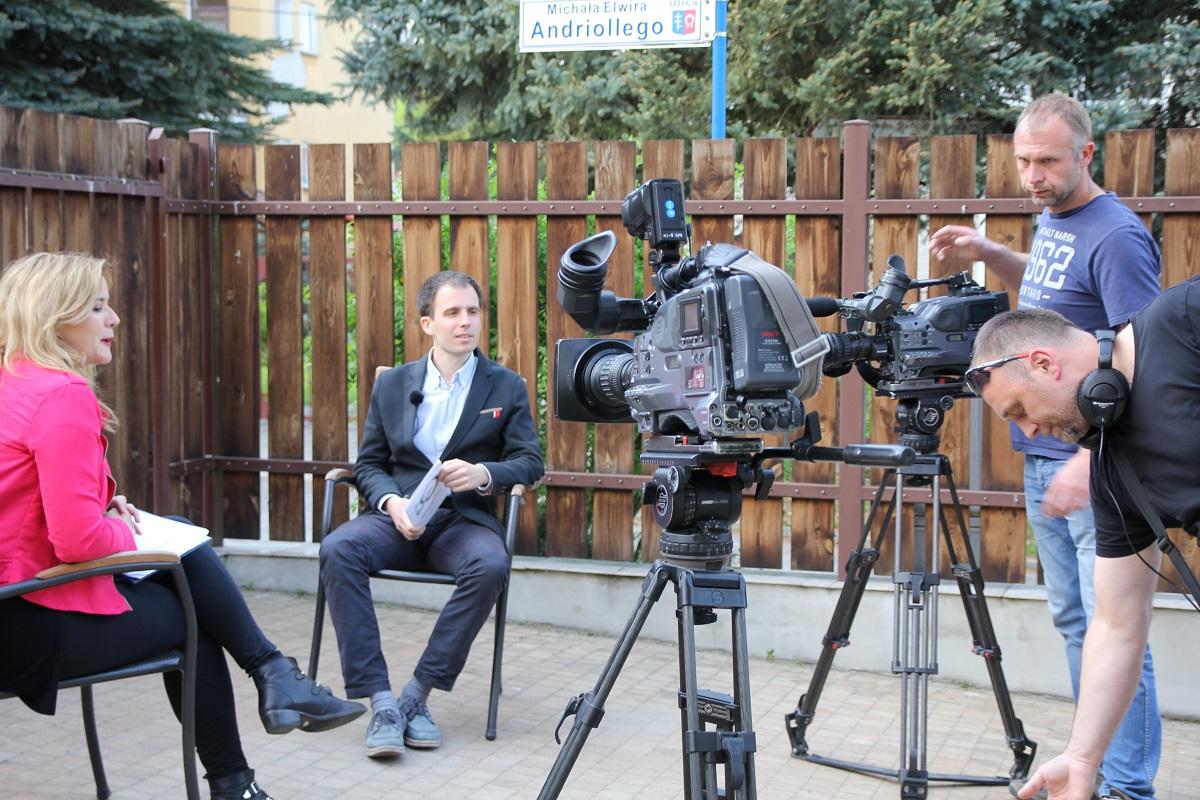 Ekipa telewizji TVP Lublin z redaktor Małgorzatą Sienicką w czasie nagrania z Michałem Kochańskim. Nałęczów, galeria sztuki spa spot, 9 maja 2015 roku.