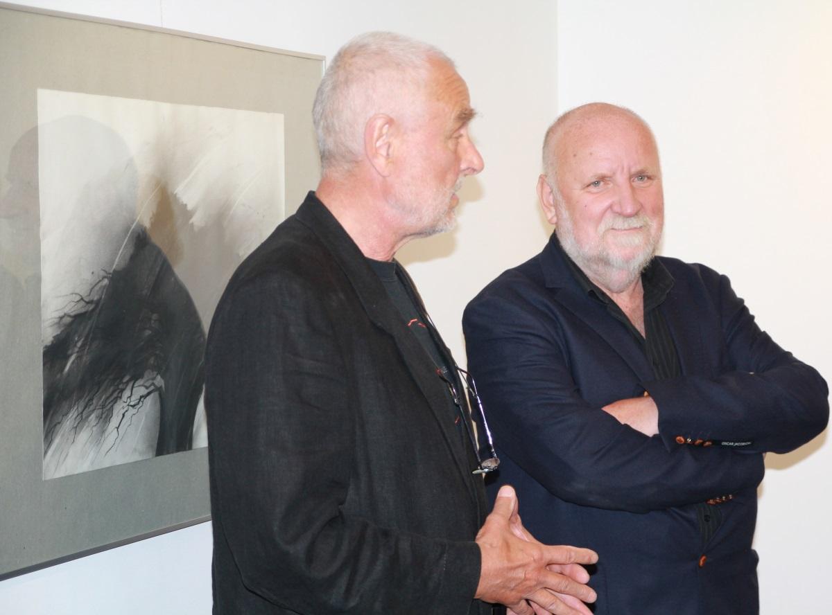 Janusz Michalik i prof. Adam Myjak, rekator ASP w Warszawie. Wernisaż w galerii sztuki spa spot w Nałęczowie, 17 czerwca 2015 roku.