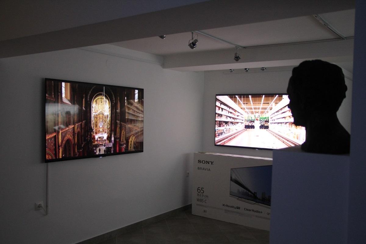 Finał przygotowań do pokazu wideoartów Lecha Majewskiego (październik-listopad 2015). Partnerem Wydarzenia była firma Sony Professional, która udostępniła monitory.