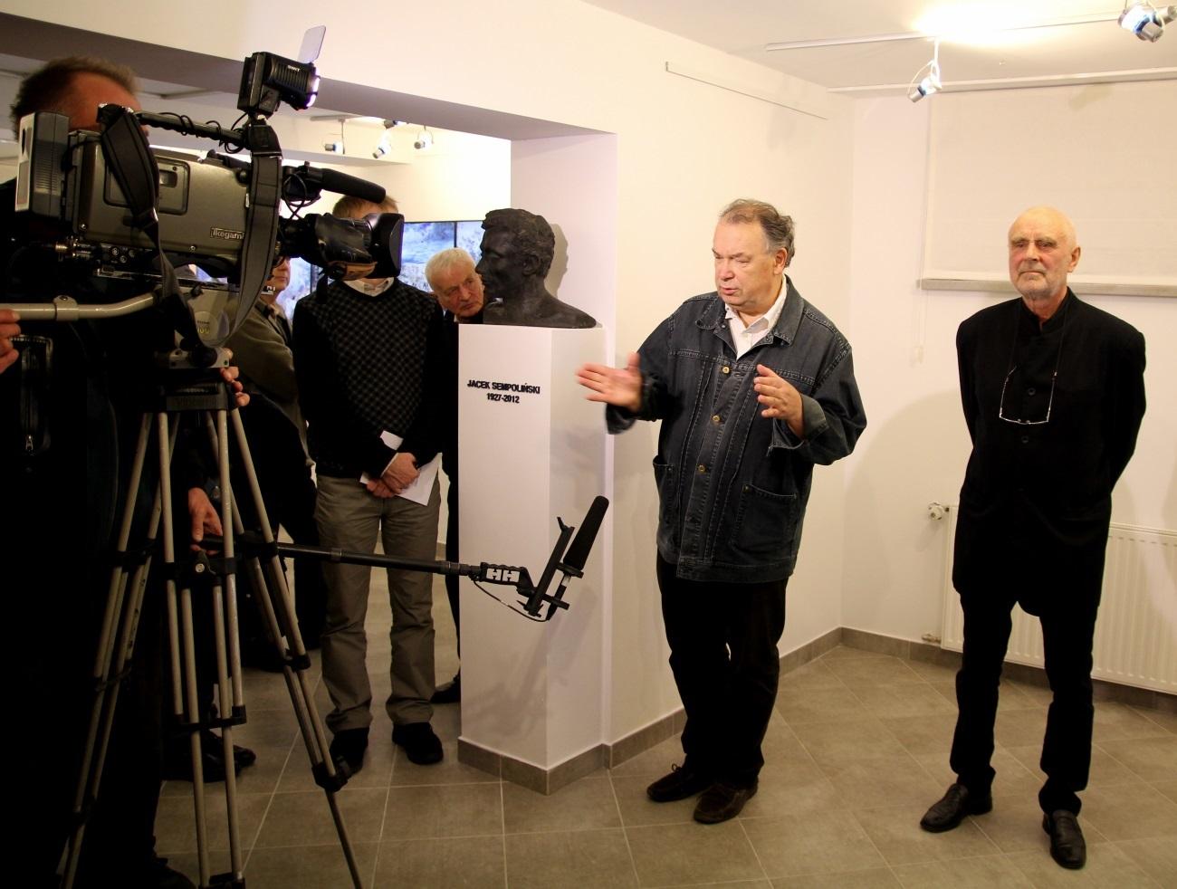 """Lech Majewski i Janusz Michalik. Wernisaż wystawy Lech Majewski """"Camera lucida"""" w galerii sztuki spa spot w Nałęczowie 24 października 2015 roku. © Galeria spa spot"""