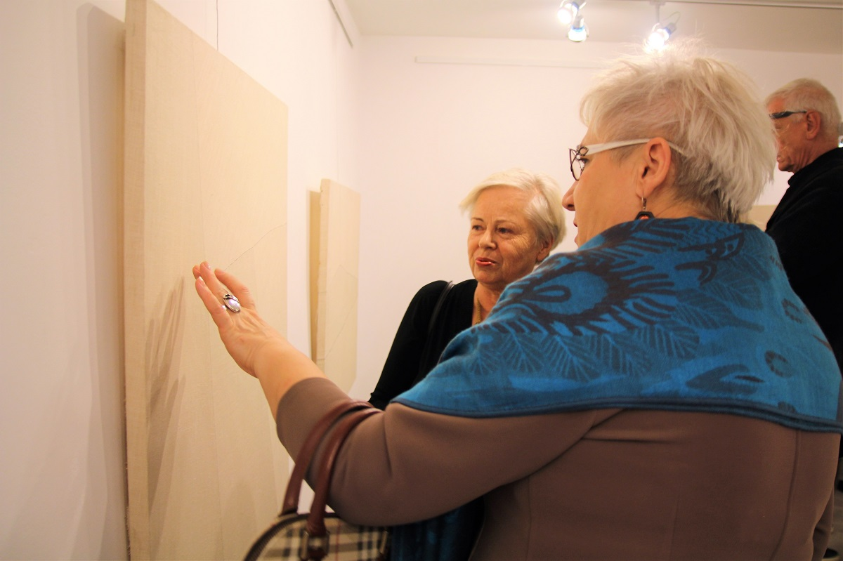 """Wernisaż wystawy """"Kajetan Sosnowski. Obrazy szyte"""", 7 października 2017 roku."""