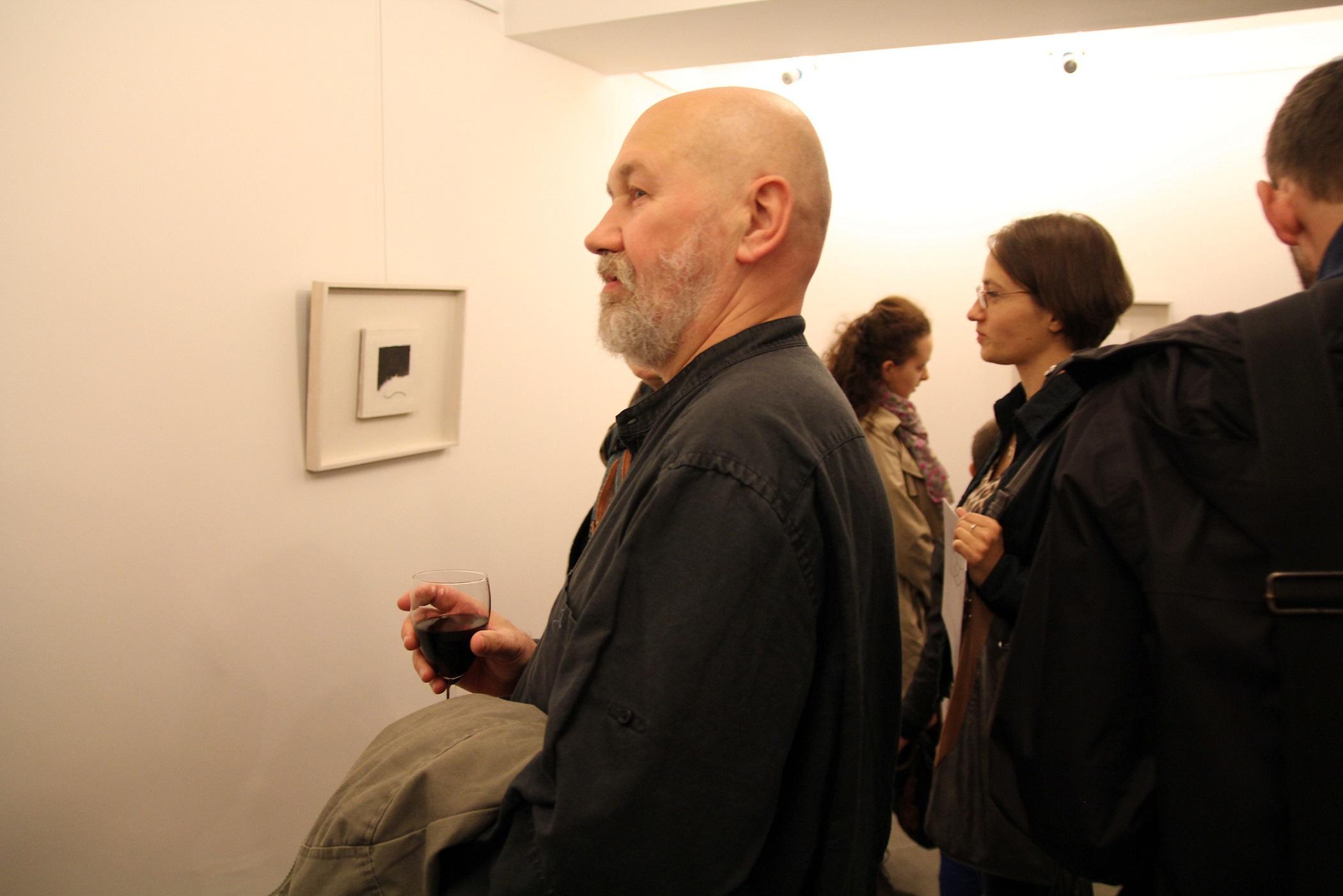 """Piotr Kmieć, wernisaż wystawy """"Koji Kamoji. Malarstwo"""", wrzesień 2012 roku."""