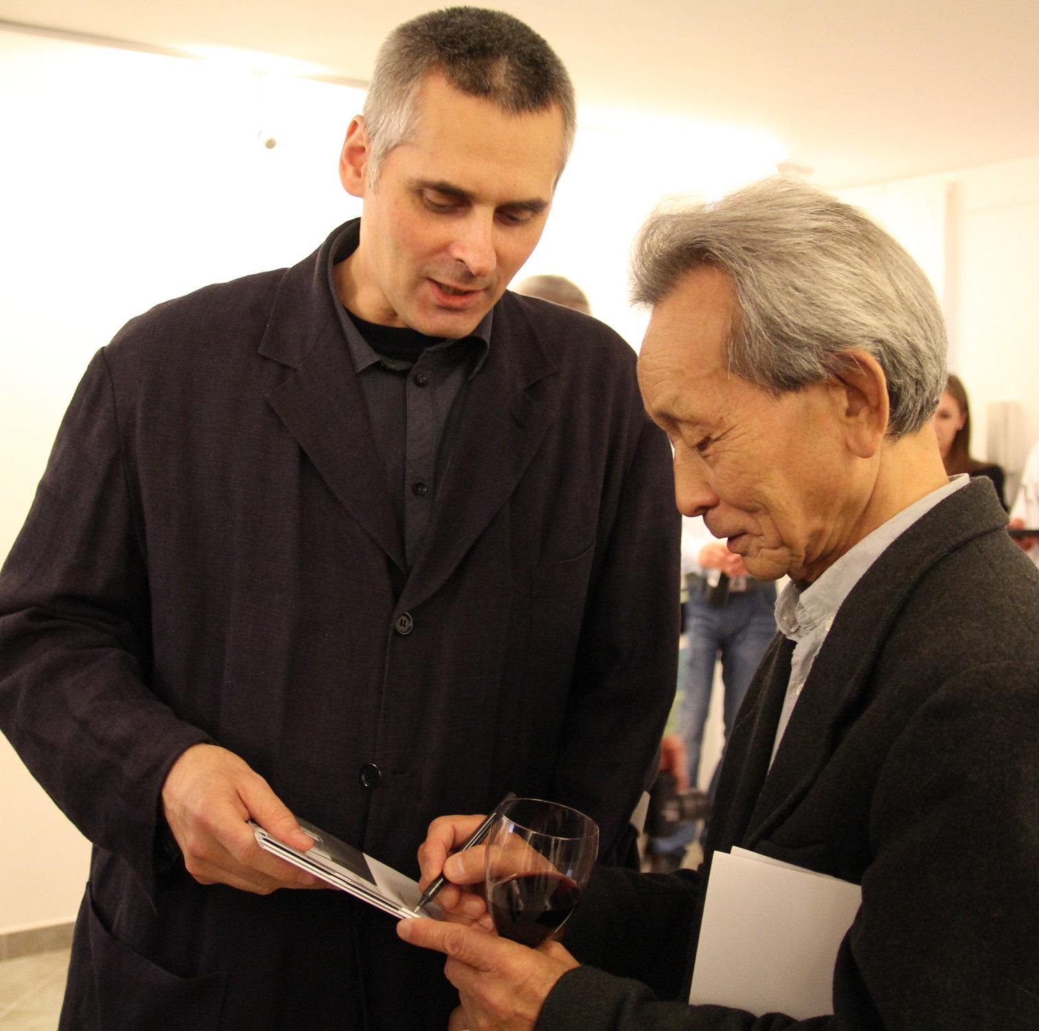 """Koji Kamoji i Łukasz Głowacki, wernisaż wystawy """"Koji Kamoji. Malarstwo"""", wrzesień 2012 roku."""