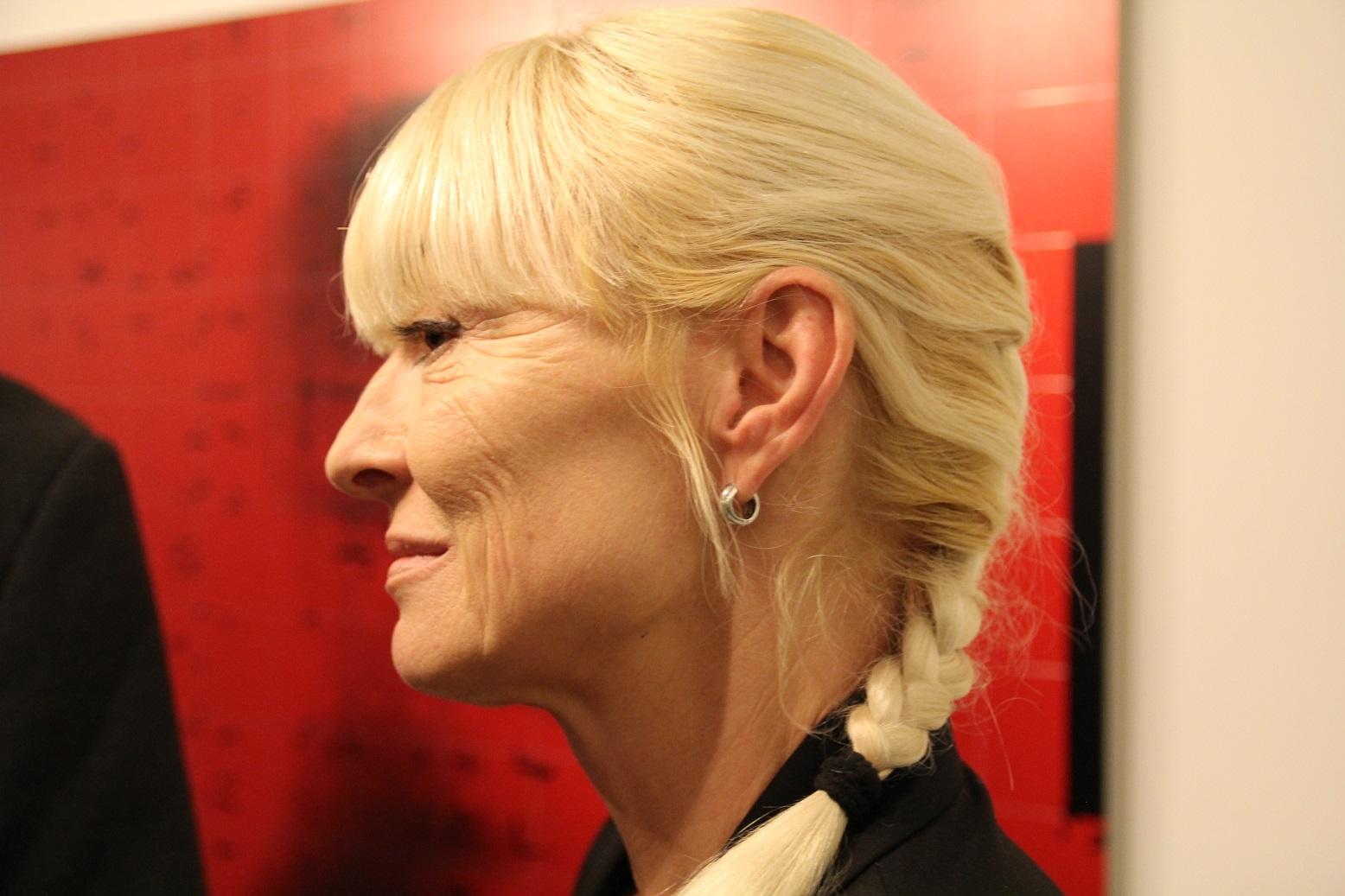 """Alina Pawłowska.  Wernisaż wystawy """"Mirosław Pawłowski. Kamuflaż"""", listopad 2012."""
