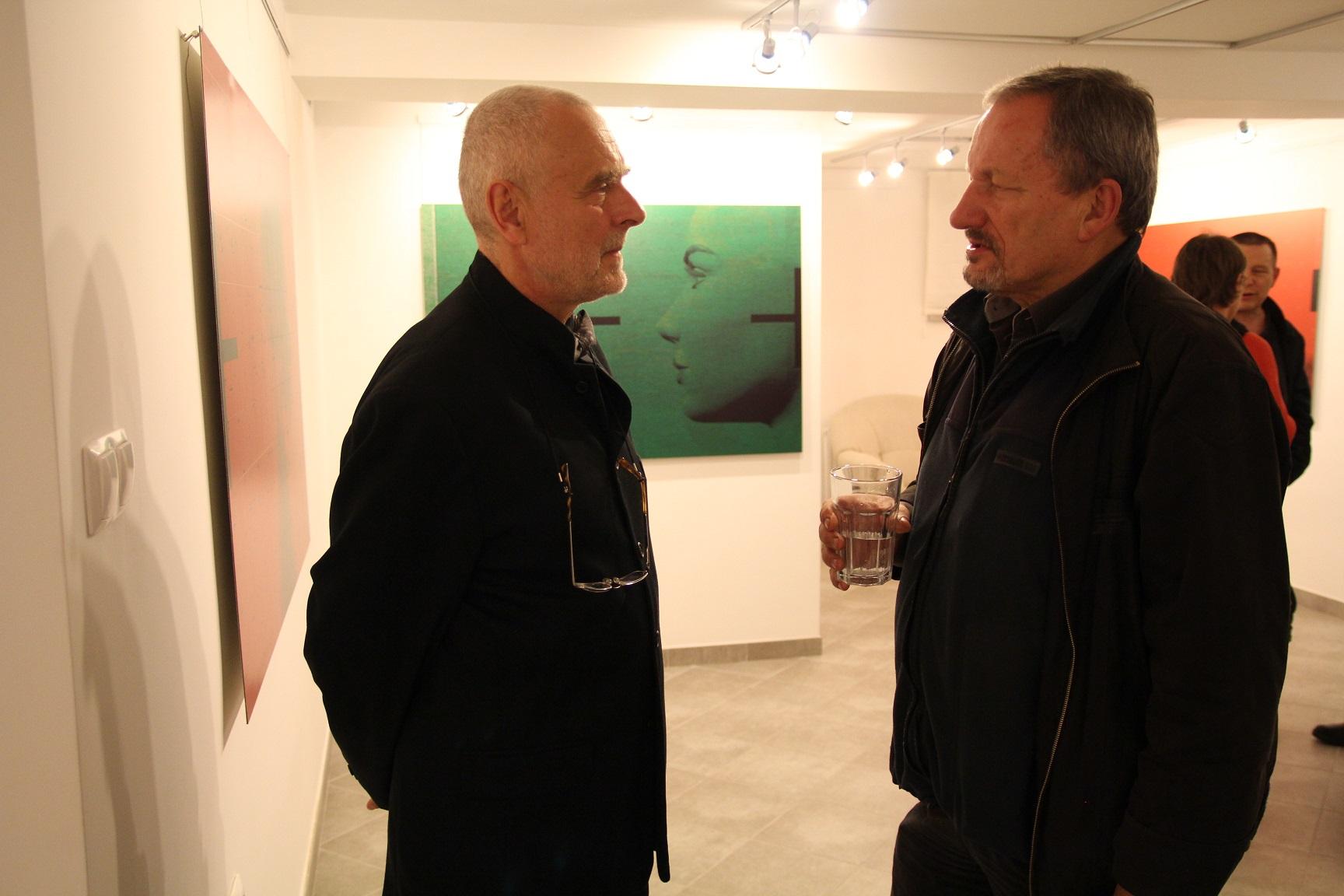 """Janusz Michalik i Bartek Pniewski.  Wernisaż wystawy """"Mirosław Pawłowski. Kamuflaż"""", listopad 2012."""