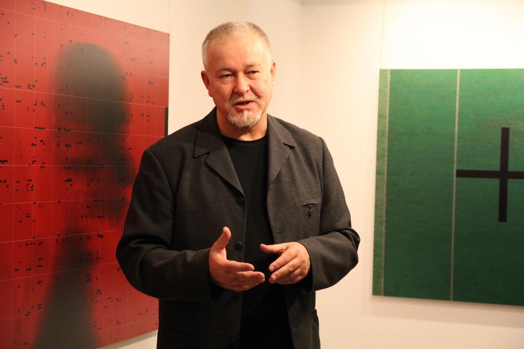 """Mirosław Pawłowski. Wernisaż wystawy """"Mirosław Pawłowski. Kamuflaż"""", listopad 2012."""