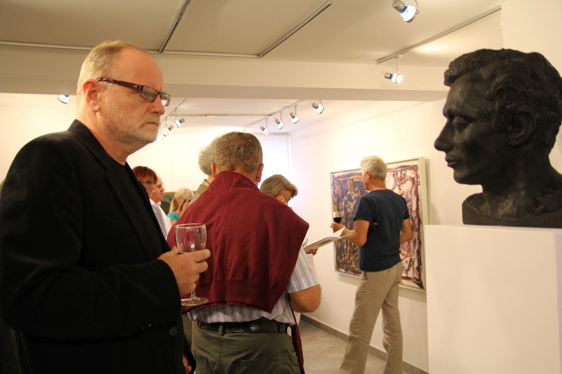 """Wernisaż wystawy """"Jacek Sempoliński. Janowiec. Mięćmierz, Kazimierz Dolny"""" w pierwszą rocznicę śmierci artysty. Galeria spa spot w Nałęczowie, 31 sierpnia 2013 roku."""