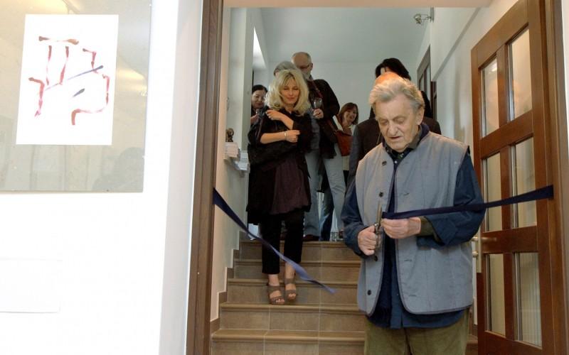 Symboliczne otwarcie galerii sztuki spa spot. Jacek Sempoliński przecina wstęgę, 28 maja 2011 roku.