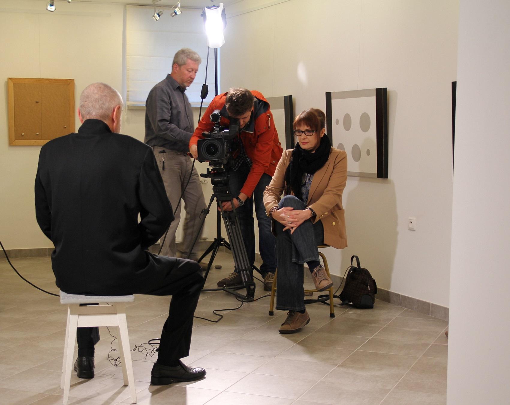 Ekipa TVP Lublin w czasie realizacji filmu na temat malarstwa Koji Kamoji. Galeria sztuki spa spot, Nałęczów, wrzesień 2012 roku.