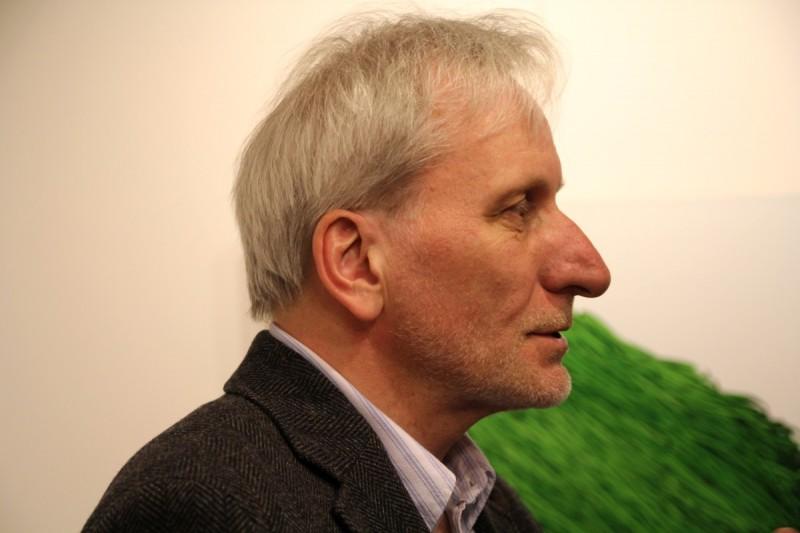 Wojciech Zubala w czasie wernisażu w galerii sztuki spa spot w Nałęczowie.